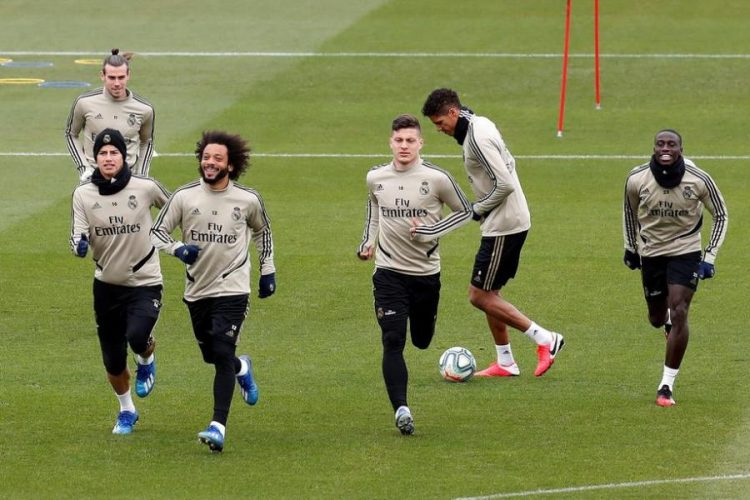 epa08258569 Real Madrid's players (from left) James Rodriguez (front), Gareth Bale, Marcelo Vieira, Luka Jovic, Raphael Varane and Ferland Mendy attend the team's training session at Valdebebas sport city in Madrid, Spain, 29 February 2020. Real Madrid will be facing FC Barcelona in a Spanish LaLiga soccer match on 01 March 2020.  EPA-EFE/CHEMA MOYA